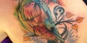 Pájaro de Colores y Hojas Otoñales