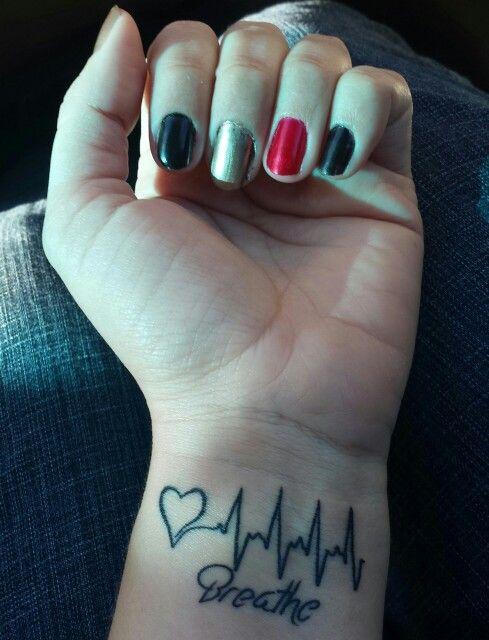 Corazón Con Ritmo Cardíaco Y Frase Breathe Tatuajes Para Mujeres