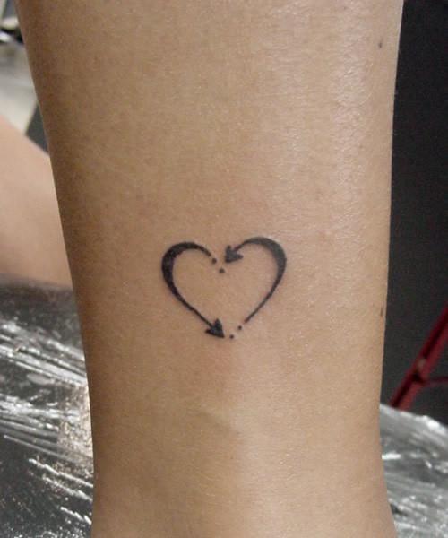 Flechas Formando Un Corazón Tatuajes Para Mujeres