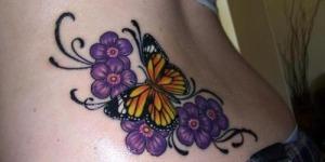 Mariposa con flores violetas