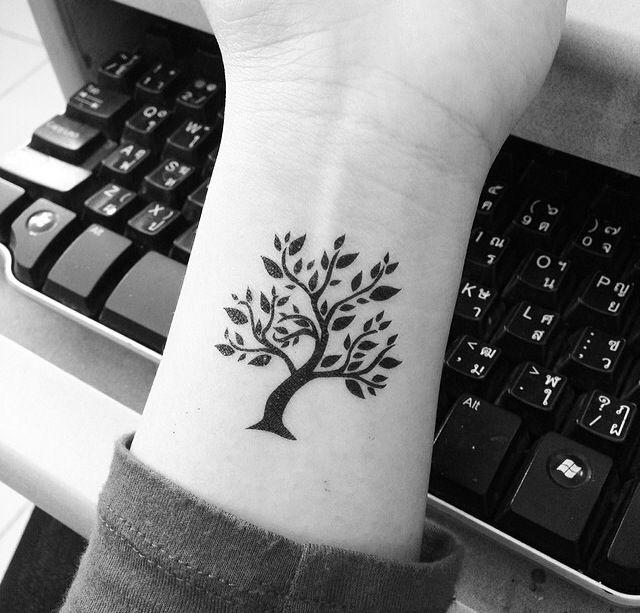 Árbol con hojas - Tatuajes para Mujeres