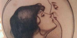 Mujer besando la luna