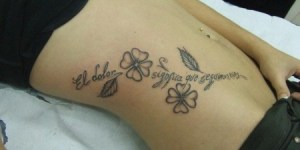 Frase: El dolor significa que seguimos vivos y Flores