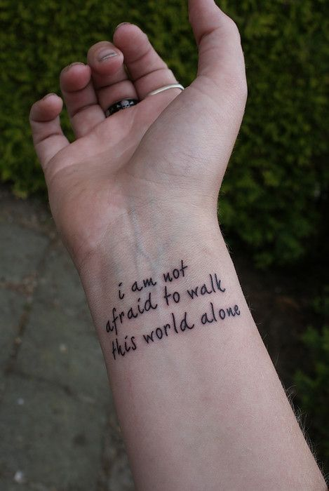 Frase: I am not afraid to walk this world alone