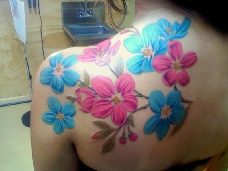 Flores fuxcia y turquesa tatuajes para mujeres