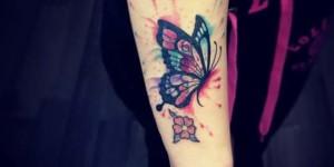Mariposa estilo Acuarelas y Flor