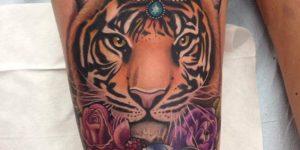Tigre entre flores
