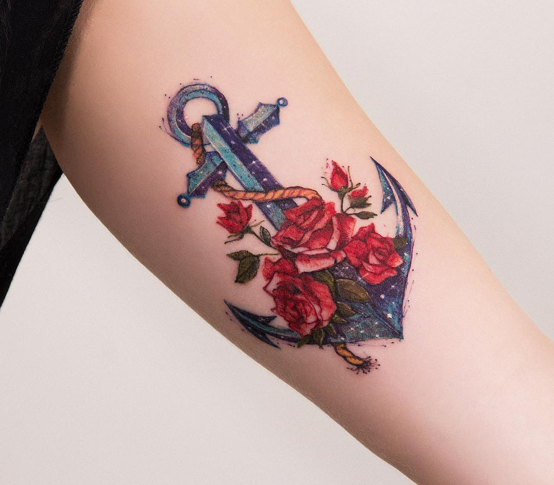 ancla con flores rosas por robson carvalho tatuajes para mujeres. Black Bedroom Furniture Sets. Home Design Ideas
