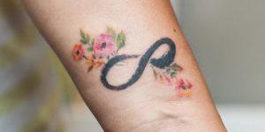 Signo Infinito y Flores por Graffittoo Tattoo Studio