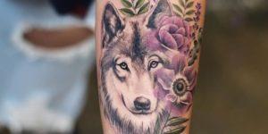 Lobo, flores lilas