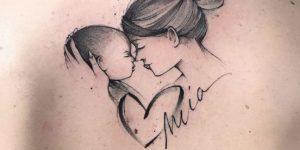 Mamá levantando a su hijo