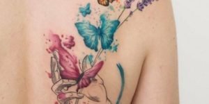 Mariposas revoloteando en la mano