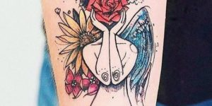 Mujer con alas de flores