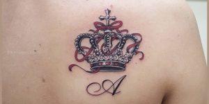 Inicial: A y corona