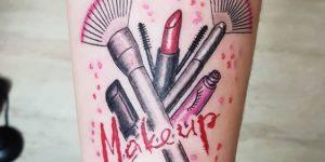 Make up con labial, sombras, pincel, corrector