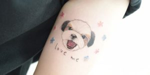 Frase: Love me y perro por Banul 타투이스트 바늘