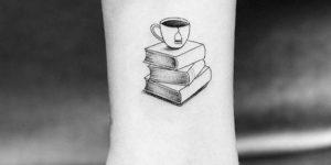 Taza de té sobre libros