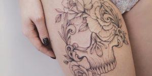 Calavera y flores por Darylis Tattoo