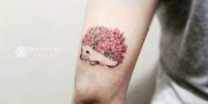 Erizo con flores por Nacha Caro Tattoo