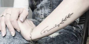 Frase: Family en rama con hojas