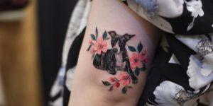 Perro entre flores por Tattooist Grain