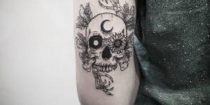 Calavera con luna y flor de girasol