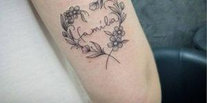 Frase: Familia dentro de un corazón de flores