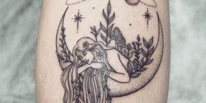 Mujer apoyada sobre la luna mientras giran los planetas en el cielo