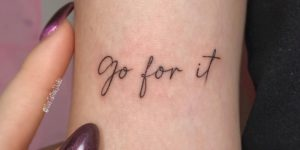 Frase: Go for it por Vivo Tattoo Studio