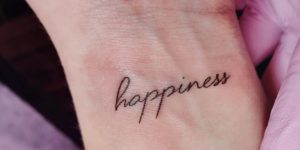 Frase: Happiness por Vivo Tattoo Studio