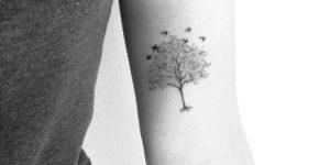 Árbol y aves revoloteando por Nena Tattoo Diana Opazo