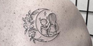 Madre e hijo sobre la luna