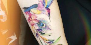 Colibrí y flores por Jess Hannigan