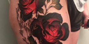 Flores rosas en muslos