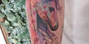 Unicornio y flores de cerezo por Jess Hannigan