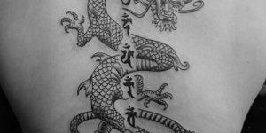 Dragón con letras chinas