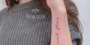 Frase: trust your vibes por Risha Tattoo