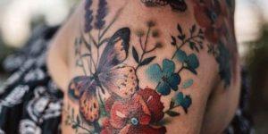 Mariposas revoloteando flores