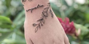 Enredadera de flores y hojas con la Frase: Empatía