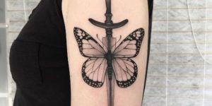 Espada con alas de mariposa