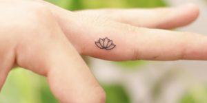 Flor de loto por Wittybutton Tattoo, 위티버튼