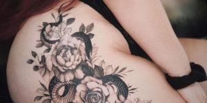 Serpiente y flores rosas por Valery Tattoo