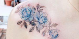 Flores en tinta azul por Tattooist Flower