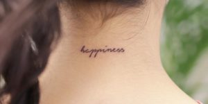 Frase: Happiness por Wittybutton Tattoo, 위티버튼