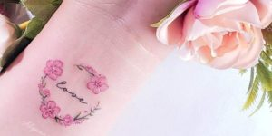 Frase: Love con Coronita de Flores por Alynana Tattoos