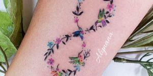 Signo infinito formado de flores y colibríes por Alynana Tattoos