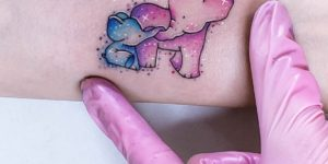 Elefante mamá con su bebé por Alynana Tattoos