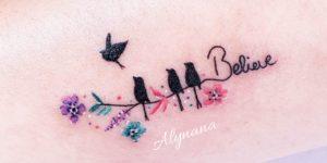 Frase: Believe y Aves revoloteando por Alynana Tattoos