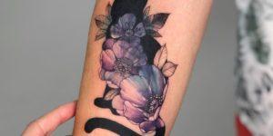 Gato Negro escondido tras flores por Anna Botyk