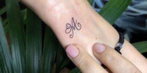 Inicial letra A y Corazón por Risha Tattoo